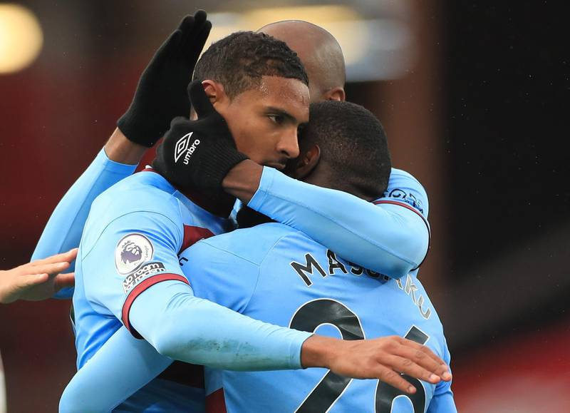 Soccer Football - Premier League - Sheffield United v West Ham United - Bramall Lane, Sheffield, Britain - November 22, 2020 West Ham United's Sebastien Haller celebrates scoring their first goal with teammates Pool via REUTERS/Mike Egerton EDITORIAL USE ONLY. No use with unauthorized audio, video, data, fixture lists, club/league logos or 'live' services. Online in-match use limited to 75 images, no video emulation. No use in betting, games or single club /league/player publications.  Please contact your account representative for further details.