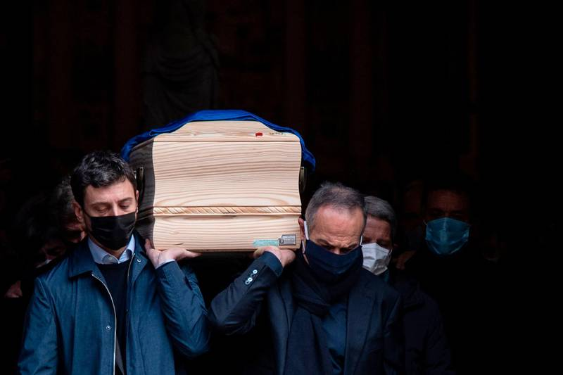 TOPSHOT - Italy's former football player Antonio Cabrini (R) and the son of Paolo Rossi, Alessandro Rossi (L), carry the coffin of the late Italian football player during his funeral at the Santa Maria Annunciata Cathedral in Vicenza, northeastern Italy, on December 12, 2020. Former Italy's football player Paolo Rossi died on December 9, 2020 in Siena at the age of 64. / AFP / Marco Bertorello