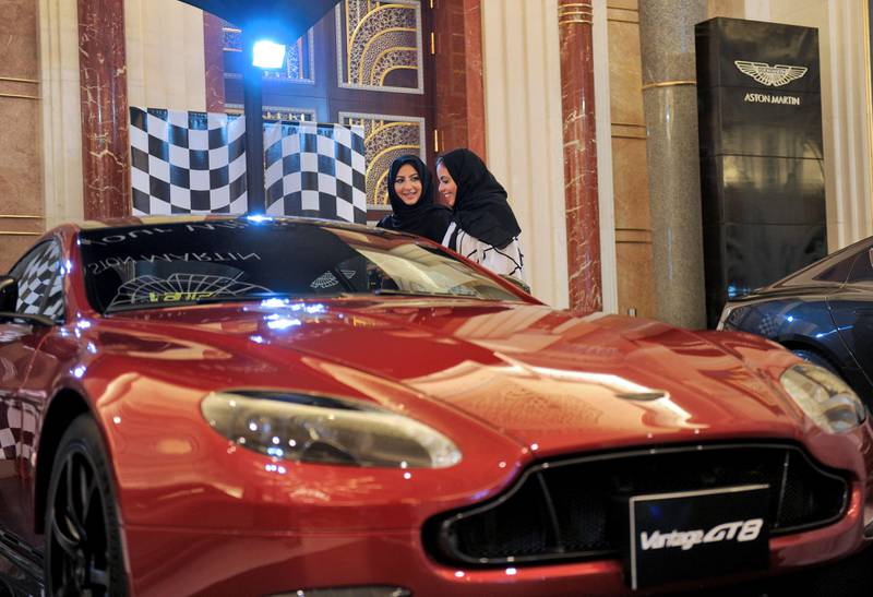 Saudi women check a car at an automobile stand in the Saudi Red Sea resort of Jeddah on October 5, 2017.  With many carrots and some sticks, ultra-conservative Saudi Arabia seeks to tackle entrenched male attitudes towards women drivers before millions take the wheel, many for the first time, on June 2018. / AFP PHOTO / Amer HILABI