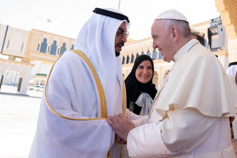 ABU DHABI, UNITED ARAB EMIRATES - February 05, 2019: Day three of the UAE Papal visit - HH Sheikh Hamdan bin Zayed Al Nahyan, Ruler's Representative in Al Dhafra Region (L), bids farewell to His Holiness Pope Francis, Head of the Catholic Church (R), at the Presidential Airport.    ( Mohamed Al Hammadi / Ministry of Presidential Affairs ) ---