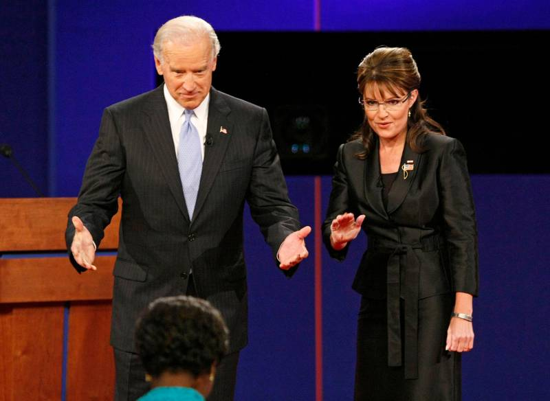 Democratic vice presidential nominee Senator Joe Biden (D-DE) and Republican vice presidential nominee Alaska Governor Sarah Palin greet moderator Gwen Ifill during the vice presidential debate at Washington University in St. Louis, Missouri October 2, 2008. REUTERS/Rick Wilking  (UNITED STATES)   US PRESIDENTIAL ELECTION CAMPAIGN 2008 (USA)