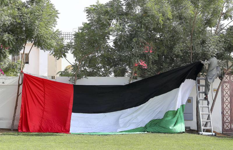 DUBAI , UNITED ARAB EMIRATES , NOV 1   – 2017  :- One of the worker decorating villa in Jumeirah with UAE flag for the Flag Day celebrations which is happening tomorrow in Dubai. (Pawan Singh / The National)