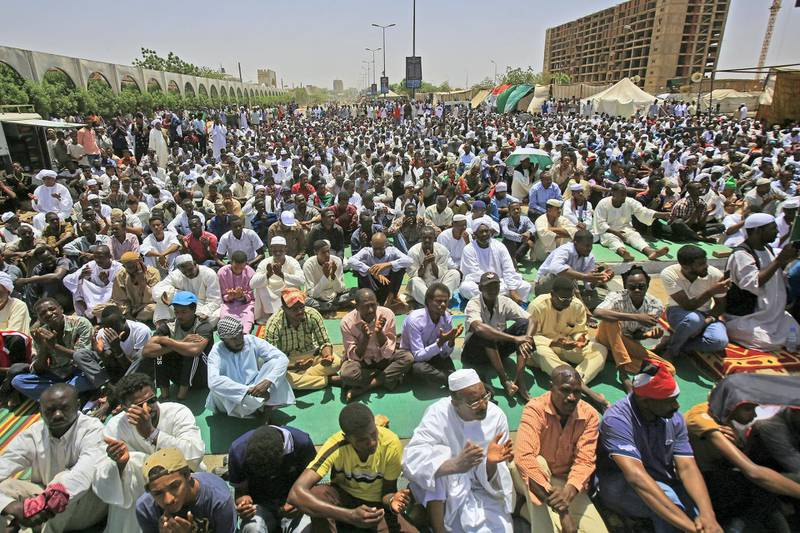 Sudanese protesters gather during Friday noon prayers outside the army headquarters in Khartoum on May 3, 2019 as they continue to protest demanding that the ruling military council hand power to a civilian adminstration. (Photo by ASHRAF SHAZLY / AFP)