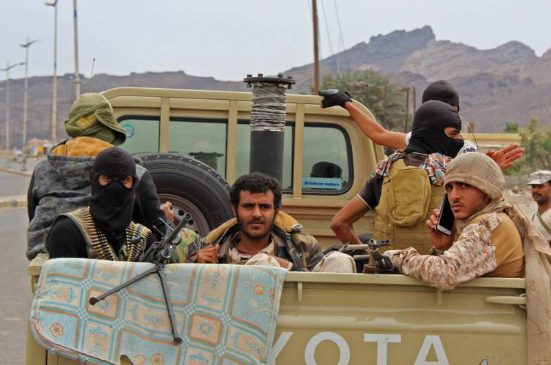 Fighters from Yemen's southern separatist movement sit in the back of a pick-up truck in the country's second city of Aden on January 28, 2018, during clashes with forces loyal to the Saudi-backed president.  Yemen's government accused southern separatists of an attempted coup on after they took over its headquarters amid fierce clashes in Aden. President Abedrabbo Mansour Hadi called for his troops to cease fire after fighting between his military and forces backing the separatists killed 15 people. / AFP PHOTO / SALEH AL-OBEIDI
