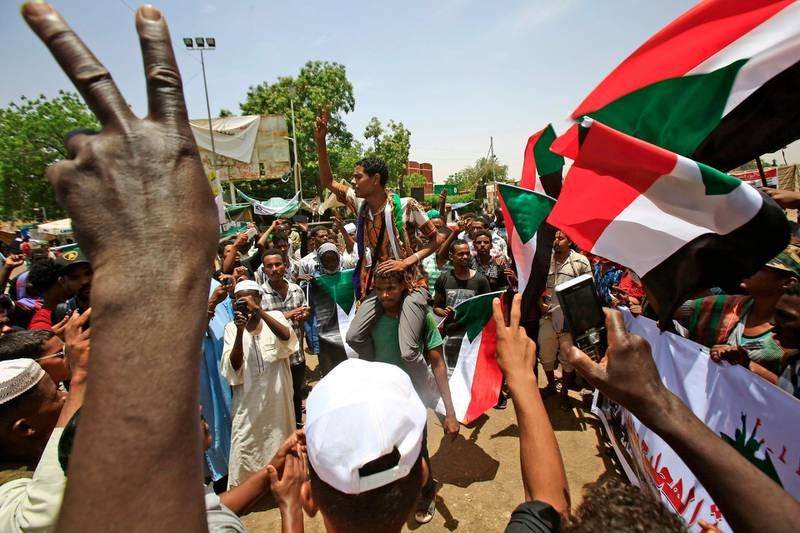 """Sudanese protesters chant slogans during a sit-in outside the army headquarters in the capital Khartoum on May 1, 2019.  The UAE said today it supported an """"orderly"""" transition in Sudan where military leaders who toppled veteran president Omar al-Bashir are locked in a standoff with protesters demanding civilian rule. / AFP / ASHRAF SHAZLY"""