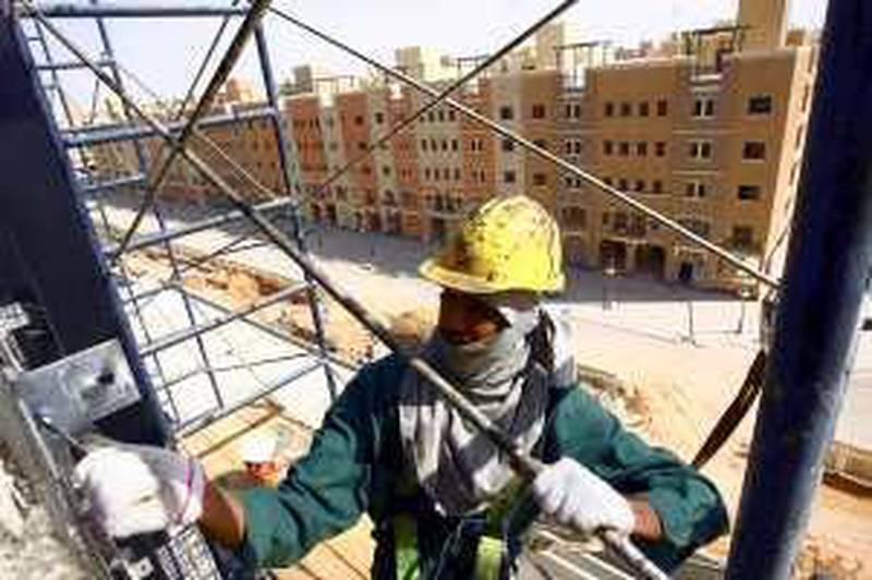 A labourer works at Dar Al-Arkan's Al Qasr project construction site in Riyadh October 25, 2009.     REUTERS/Fahad Shadeed   (SAUDI ARABIA BUSINESS CONSTRUCTION)