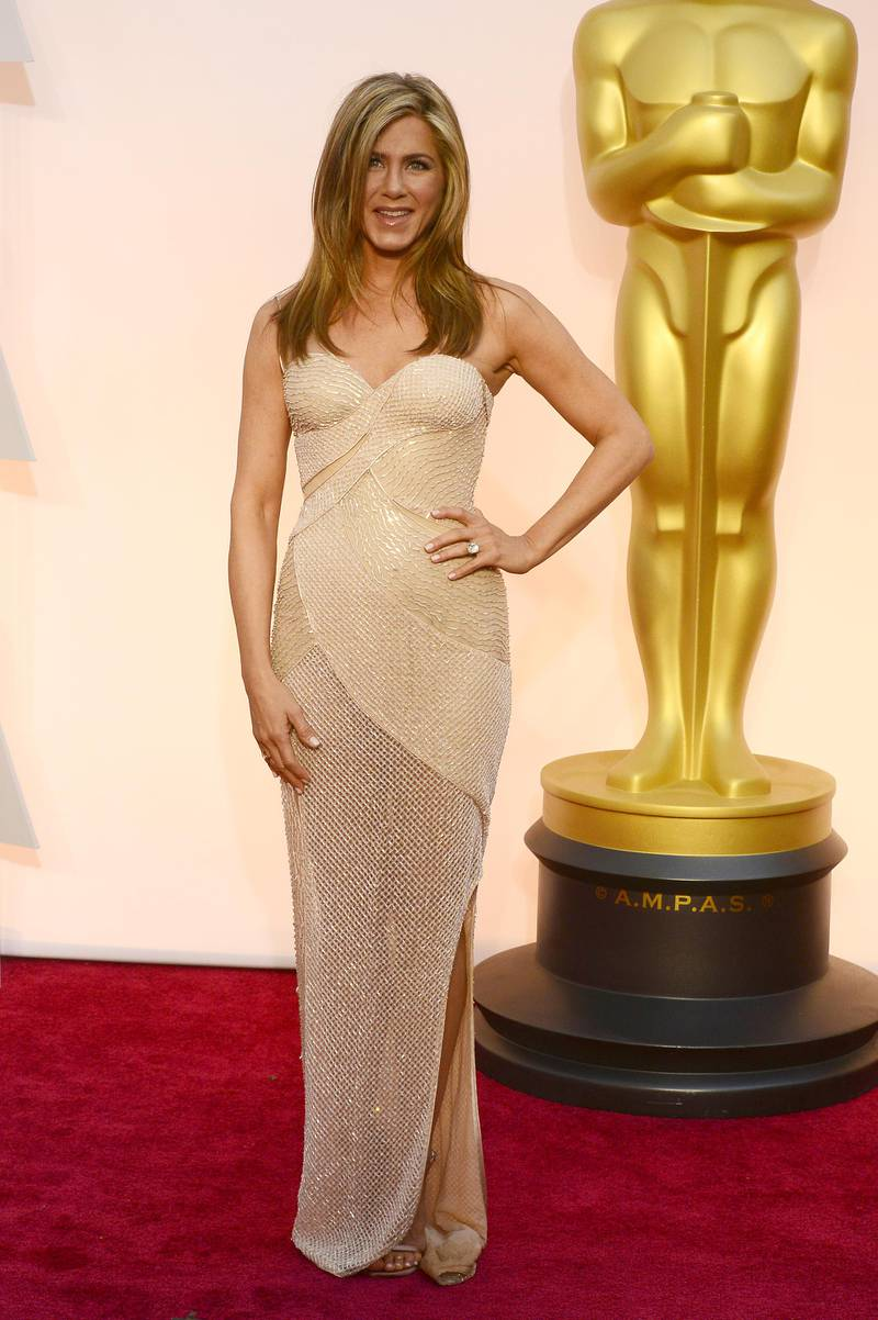 epa04632966 Jennifer Aniston arrives for the 87th annual Academy Awards ceremony at the Dolby Theatre in Hollywood, California, USA, 22 February 2015. The Oscars are presented for outstanding individual or collective efforts in 24 categories in filmmaking.  EPA/MIKE NELSON