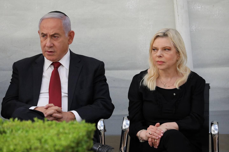 epa09277513 Former Israeli prime minister Benjamin Netanyahu and his wife Sara attend a memorial service for Netanyahu's brother fallen Israeli soldier Yoni Netanyahu in mount Herzel in Jerusalem, Israel, 16 June 2021.  EPA/ABIR SULTAN