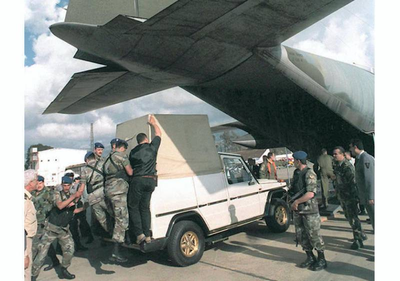 """Under tight security, Lebanese soldiers unload Pope John Paul II's  """"Popemobile"""" from an Italian military plane upon its arrival at Beirut airport, 03 May. The vehicule arrived one week ahead of the Pointiff, who will make a historical visit to Lebanon 10 and 11 May. (Photo by RAMZI HAIDAR / AFP)"""