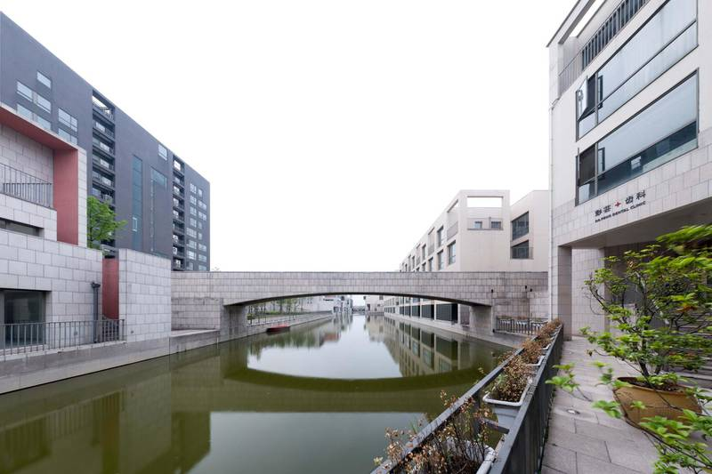 CBE9XD Buildings and a bridge in Pujiang, a residential area designed by Italian architect Gregotti on the outskirts of Shanghai, China. Alamy