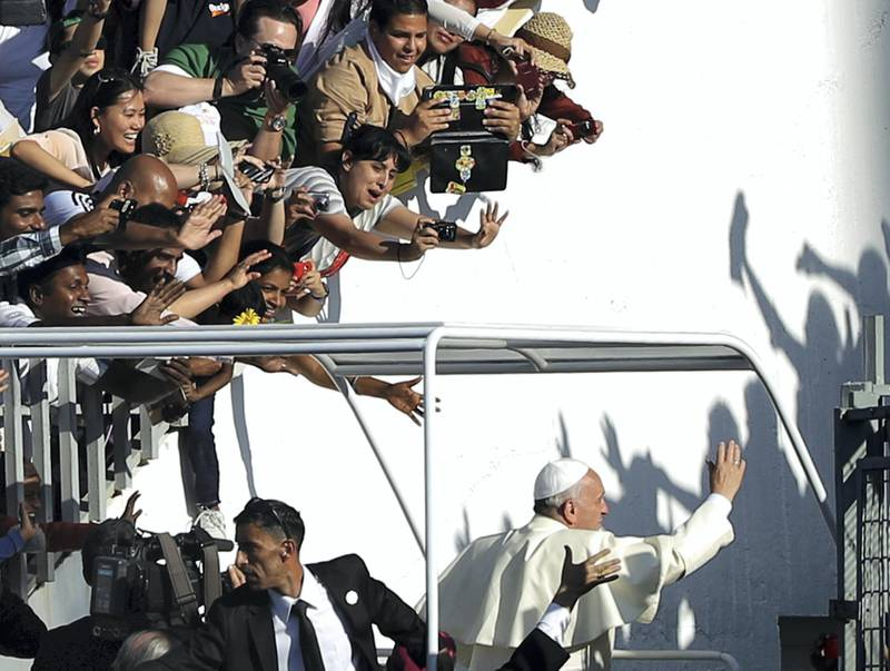 Pope Francis salutes the crowd as he leaves the stadium following a mass in Amman on May 24, 2014. Pope Francis made an urgent plea today for peace in war-torn Syria as he kicked off a three-day pilgrimage to the Middle East. AFP PHOTO / PATRICK BAZ (Photo by PATRICK BAZ / AFP)
