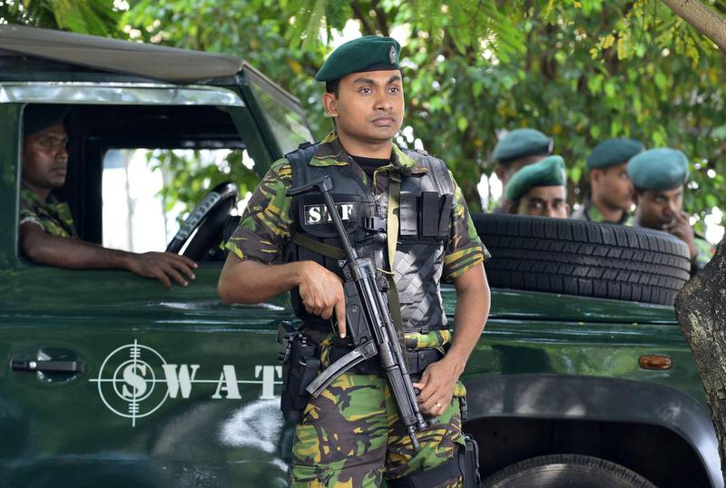Sri Lanka Police Special Task Force (STF) soldiers stand guard near the Sri Lankan Supreme Court in Colombo on November 13, 2018.  Supporters of Sri Lanka's fired prime minister and a top election official on November 12 challenged in court the president's sacking of parliament, upping the ante in a political crisis that has sparked international alarm. / AFP / LAKRUWAN WANNIARACHCHI