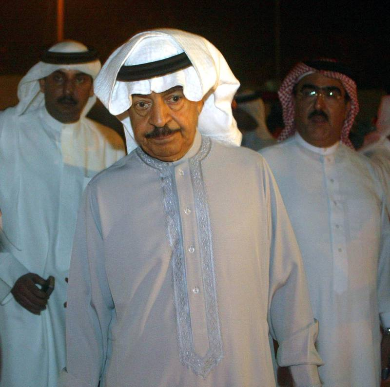 Bahraini Prime Minister, Shaikh Khalifa bin Salman Al Khalifa (C) listens to a breifing of rescue teams 31 March 2006 - after a  ferry carrying up to 150 people sank  off the coast of Bahrain. A total of 44 bodies have so far been recovered from the site, Interior Minister Sheik Rashid bin Abdulla Al Khalifa said.  AFP PHOTO / Adam JAN (Photo by ADAM JAN / AFP)