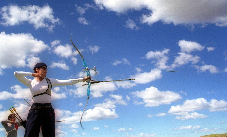 18 Sep 1999  Geena Davis of U.S.A. as the arrow leaves the bow during practice of the Sydney International Goldern Arrow competition - a S.O.C.O.G. test event at Archery Park, Sydney Olympic Park, Sydney, Australia. Mandatory Credit: Adam Pretty/ALLSPORT