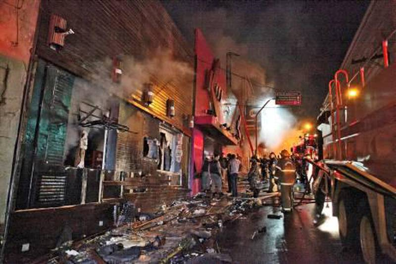 epa03558508 A handout photo released by the RBS Agency shows firefighters try to extinguish a fire that broke out at the Kiss nightclub in Santa Maria, 286 km from Porto Alegre, Rio Grande do Sul state, Brazil, early 27 January 2013. According to latest police sources, at least 245 people died and 48 were injured in the Kiss nightclub fire, believed to have started after a performing band lit fireworks.  EPA/GERMANO RORATTO / HANDOUT BRAZIL OUT, HANDOUT EDITORIAL USE ONLY/NO SALES/NO ARCHIVES *** Local Caption ***  03558508.jpg