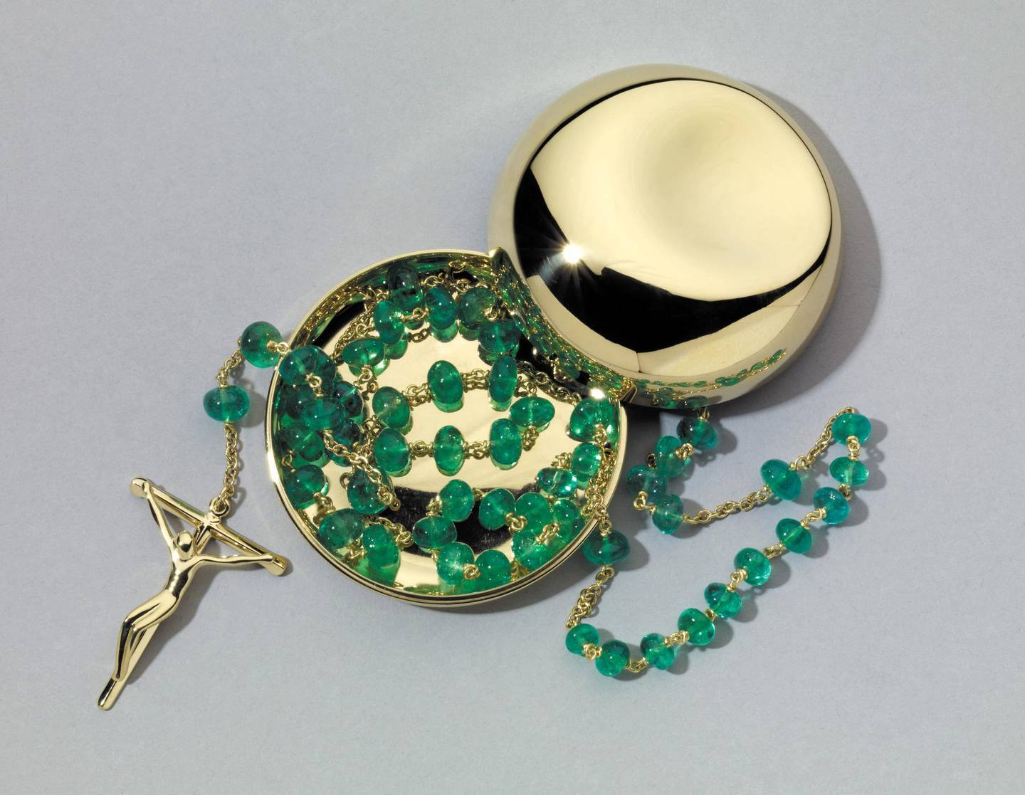 Christian rosary, Designed by Elsa Peretti for Tif fany & Co., Barcelona, Spain, 21st century The 52 Indian emeralds are arranged in groups of 10 for the repeated words of the Hail Mary separated by single gems for the Lord's Prayer. © the Trustees of the British Museum