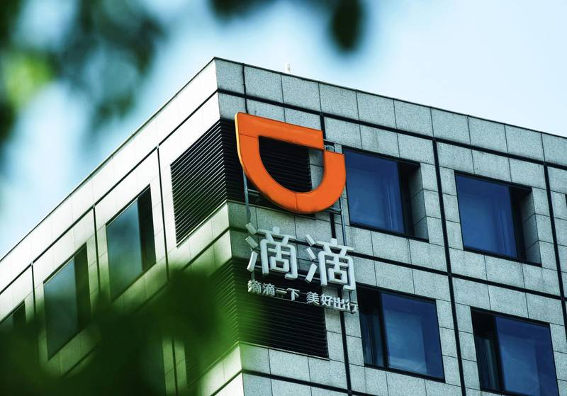 This photo taken on September 4, 2018 shows a logo of Didi Chuxing displayed on a building in Hangzhou in China's eastern Zhejiang province. - Chinese ride-hailing giant Didi Chuxing said on September 4 it would halt most late-night ride services for a week as it tries to reassure the public following the rape and murder of a passenger. (Photo by STR / AFP) / China OUT