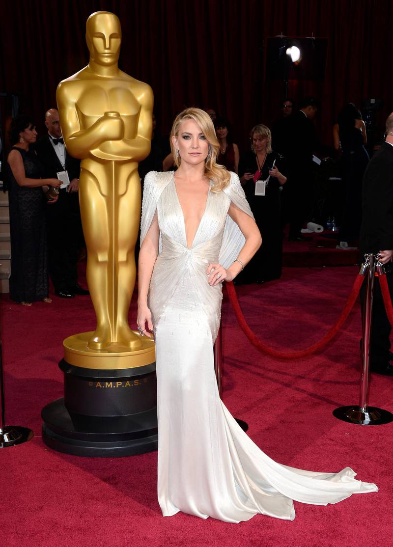 epa04107005 US actress Kate Hudson arrives for the 86th annual Academy Awards ceremony at the Dolby Theatre in Hollywood, California, USA, 02 March 2014. The Oscars are presented for outstanding individual or collective efforts in up to 24 categories in filmmaking.  EPA/PAUL BUCK