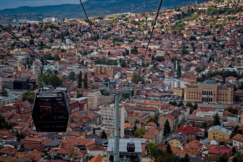 A picture taken on October 6, 2018 shows a cable car and with in background a panorama of Sarajevo, on the eve of Bosnian tripartite presidency election. Bosnians head to the polls on October 7 to elect leaders who will steer the future of a poor nation shackled by the communal divides that fuelled its brutal war more than two decades ago. / AFP / ANDREJ ISAKOVIC