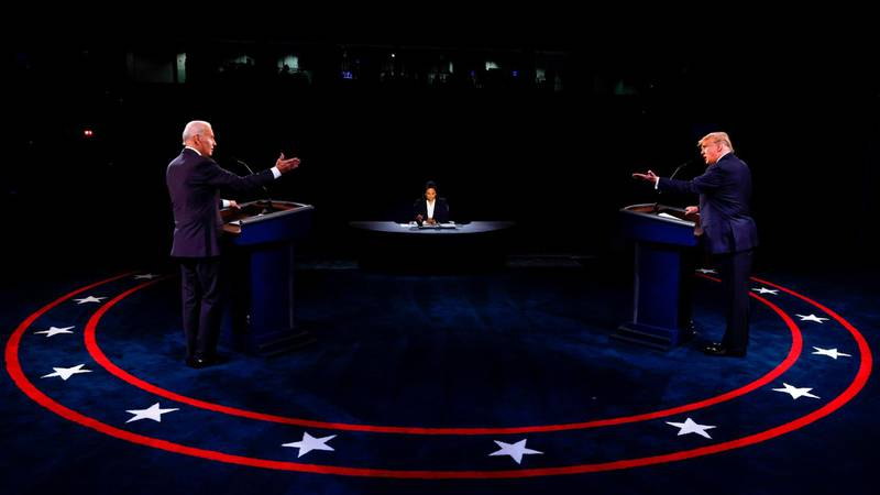 TOPSHOT - US President Donald Trump (R) Democratic Presidential candidate, former US Vice President Joe Biden and moderator, NBC News anchor, Kristen Welker (C) participate in the final presidential debate at Belmont University in Nashville, Tennessee, on October 22, 2020. / AFP / POOL / JIM BOURG