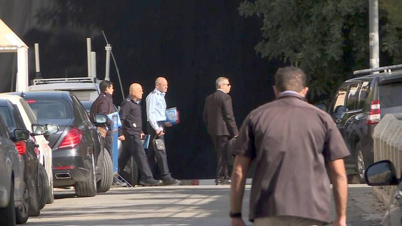 An image grab taken from an AFP video shows Israeli policemen at the entrance to the residence of Israeli Prime Minister Benjamin Netanyahu on March 2, 2018. Israeli police arrived  Netanyahu's home where media reports said they were to question him for an eighth time over allegations of fraud and bribery. / AFP PHOTO / Ahikam SERI