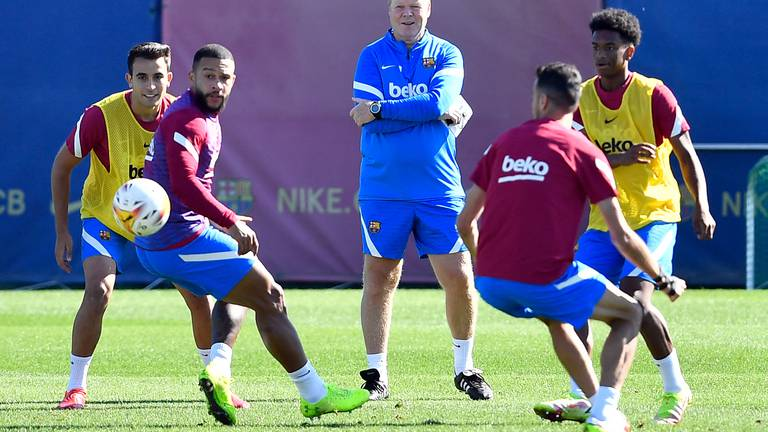 An image that illustrates this article Memphis Depay, Ansu Fati and Sergio Busquets train with Barcelona