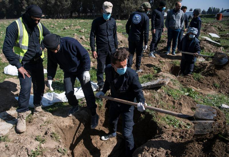 EDITORS NOTE: Graphic content / The Rapid Response Division of the Raqa civil defence excavate the site of a mass grave near the northern Syrian city of Raqa on February 19, 2019. - Two feet deep, underneath a plot of farmland outside Syria's Raqa, lies the oldest, largest, deadliest legacy of the Islamic State group: the massive grave of an estimated 3,500 people. First responders learned of the burial site in the al-Fukheikha agricultural suburb last month, more than a year after US-backed forces captured Raqa from IS and as they closed in on the group's final redoubt of Baghouz further south. (Photo by Fadel SENNA / AFP)