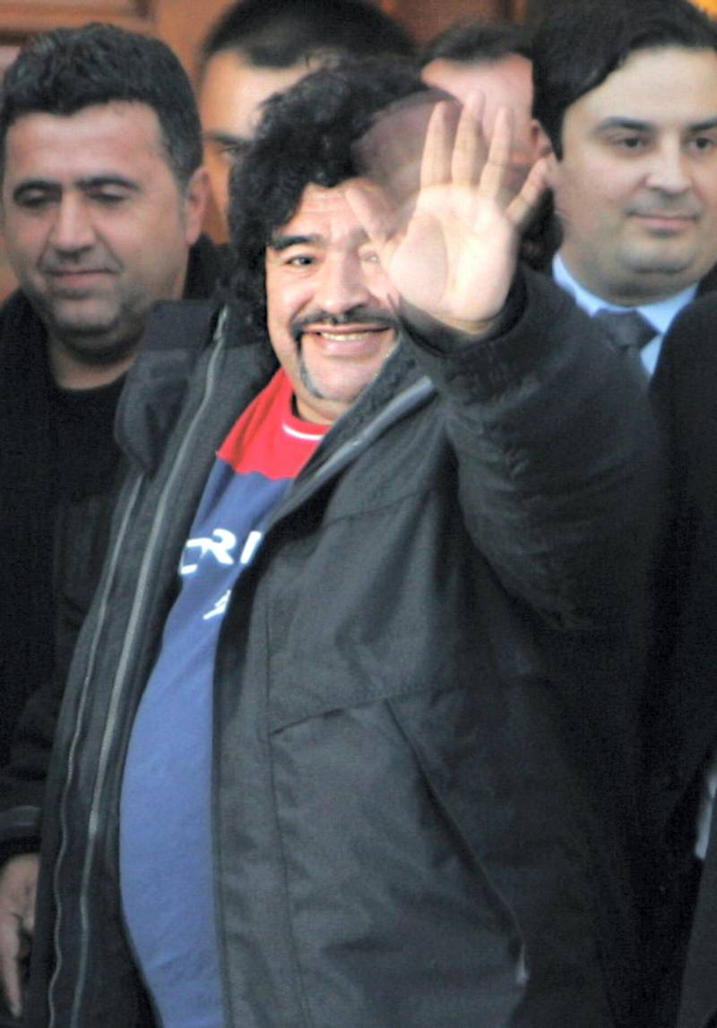Former Argentine soccer star Diego Armando Maradona (2nd R) greets supporters in front of a hotel in Athens 13 January 2004. Maradona is on a two-day private visit to Greece.  AFP PHOTO / FAYEZ NURELDINE (Photo by FAYEZ NURELDINE / AFP)
