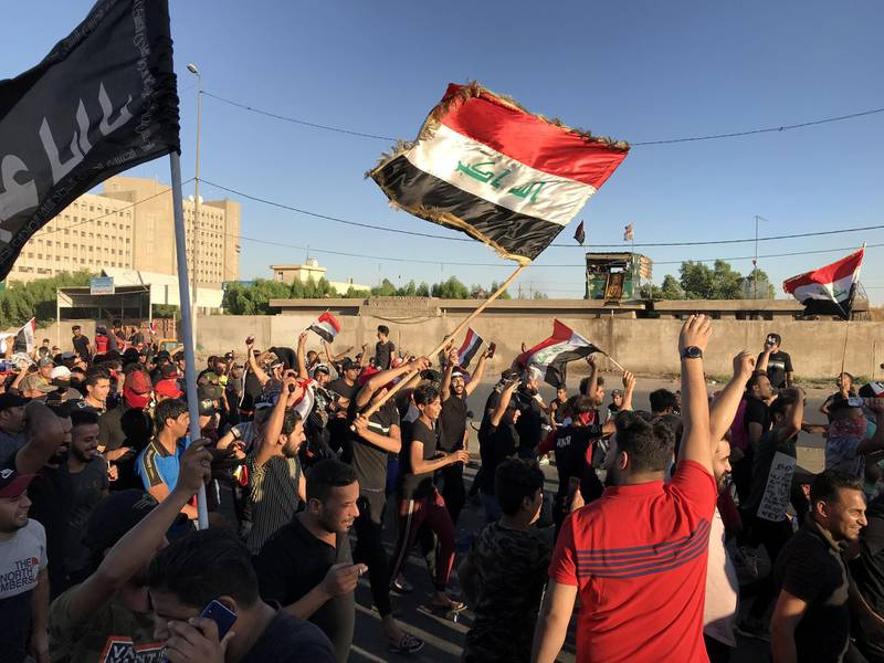 epaselect epa07904556 Iraqi protesters take part in an anti-Iraq government protest in the al-Tayaran square in central Baghdad, Iraq, 04 October 2019 (issued on 07 October 2019). A wave of unrest and violent protests in Iraq have left at least 100 people dead and thousands injured.  EPA/MURTAJA LATEEF