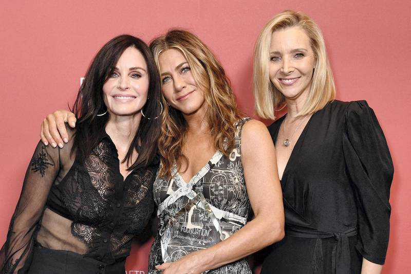 BEVERLY HILLS, CALIFORNIA - NOVEMBER 07: (L-R) Courteney Cox, winner of the 'Artists Inspiration Award' Jennifer Aniston and Lisa Kudrow attend SAG-AFTRA Foundation's 4th Annual Patron of the Artists Awards at Wallis Annenberg Center for the Performing Arts on November 07, 2019 in Beverly Hills, California.   Gregg DeGuire/Getty Images for SAG-AFTRA Foundation/AFP (Photo by GREGG DEGUIRE / GETTY IMAGES NORTH AMERICA / Getty Images via AFP)