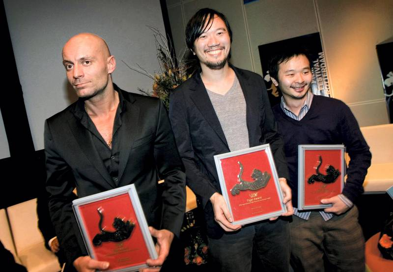 epa01242063 The winners of the VPRO Tiger Awards (L-R), Danish film maker Omar Shargawi, who won for 'Go with Peace Jamil' (Ma salama Jamil), Thai film maker Aditya Assarat for 'Wonderful Town' and Malaysian film maker Liew Seng Tat for 'Flower in the Pocket', pose with their awards they received during the IFFR Awards Ceremony at the  37th International Film Festival Rotterdam (IFFR), in Rotterdam, The Netherlands, 01 February 2008.  EPA/GUIDO BENSCHOP *** Local Caption *** 01242063