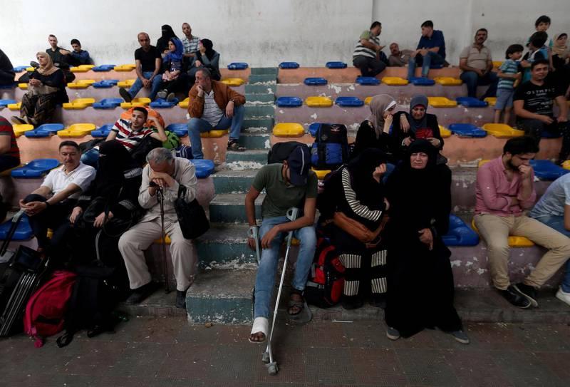 Palestinians wait to travel to Egypt through the Rafah border crossing, in the southern Gaza Strip May 18, 2018. REUTERS/Ibraheem Abu Mustafa