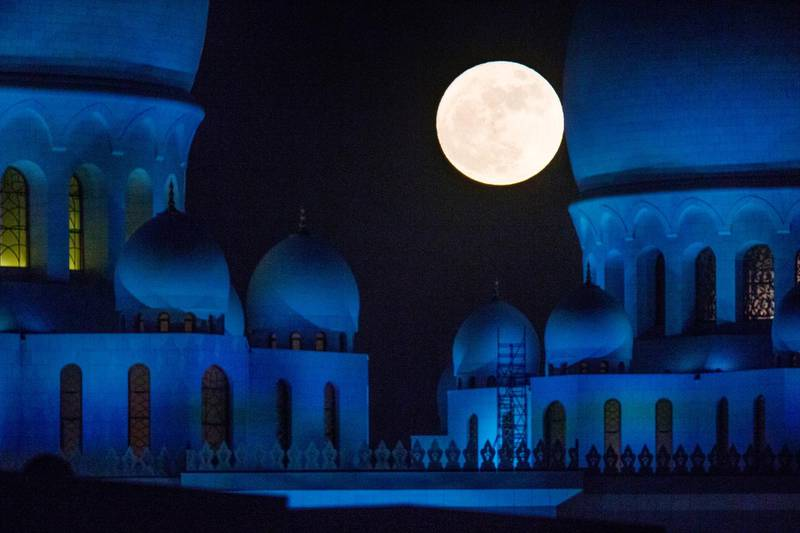 Abu Dhabi, United Arab Emirates, November 14, 2016:    The full super moon rises over the Sheikh Zayed Grand Mosque in Abu Dhabi on November 14, 2016. The moon is the closest its been to Earth since 1948. Christopher Pike / The National  Job ID:  N/A Reporter:  N/A Section: News Keywords:  *** Local Caption ***  CP1114-na-supermoon01.JPG na15no-moon-abudhabi.jpg
