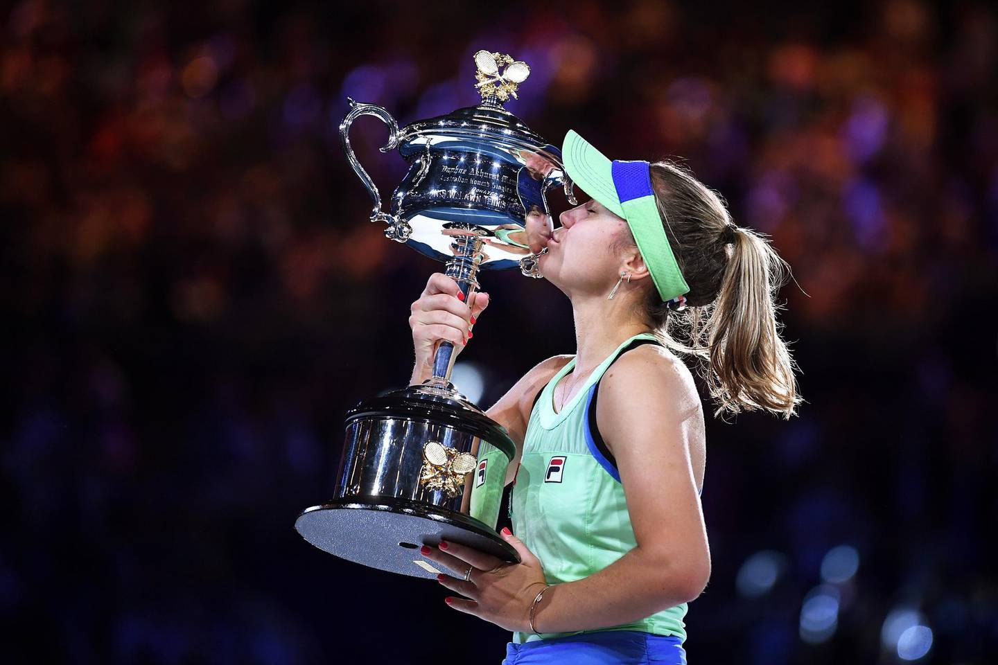 epa08184762 Sofia Kenin of the USA kisses the Daphne Ackhurst Memorial Cup trophy after winning the women's singles final against Garbine Muguruza of Spain at the Australian Open Grand Slam tennis tournament at Rod Laver Arena in Melbourne, Australia, 01 February 2020.  EPA/LUKAS COCH AUSTRALIA AND NEW ZEALAND OUT