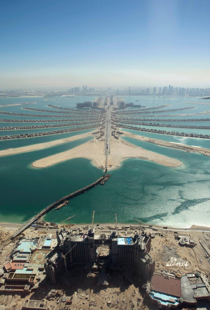 An aerial view of The Palm Island Jumeirah in Dubai and some residential homes that have been completed, November 8, 2007. REUTERS/Steve Crisp (UNITED ARAB EMIRATES)