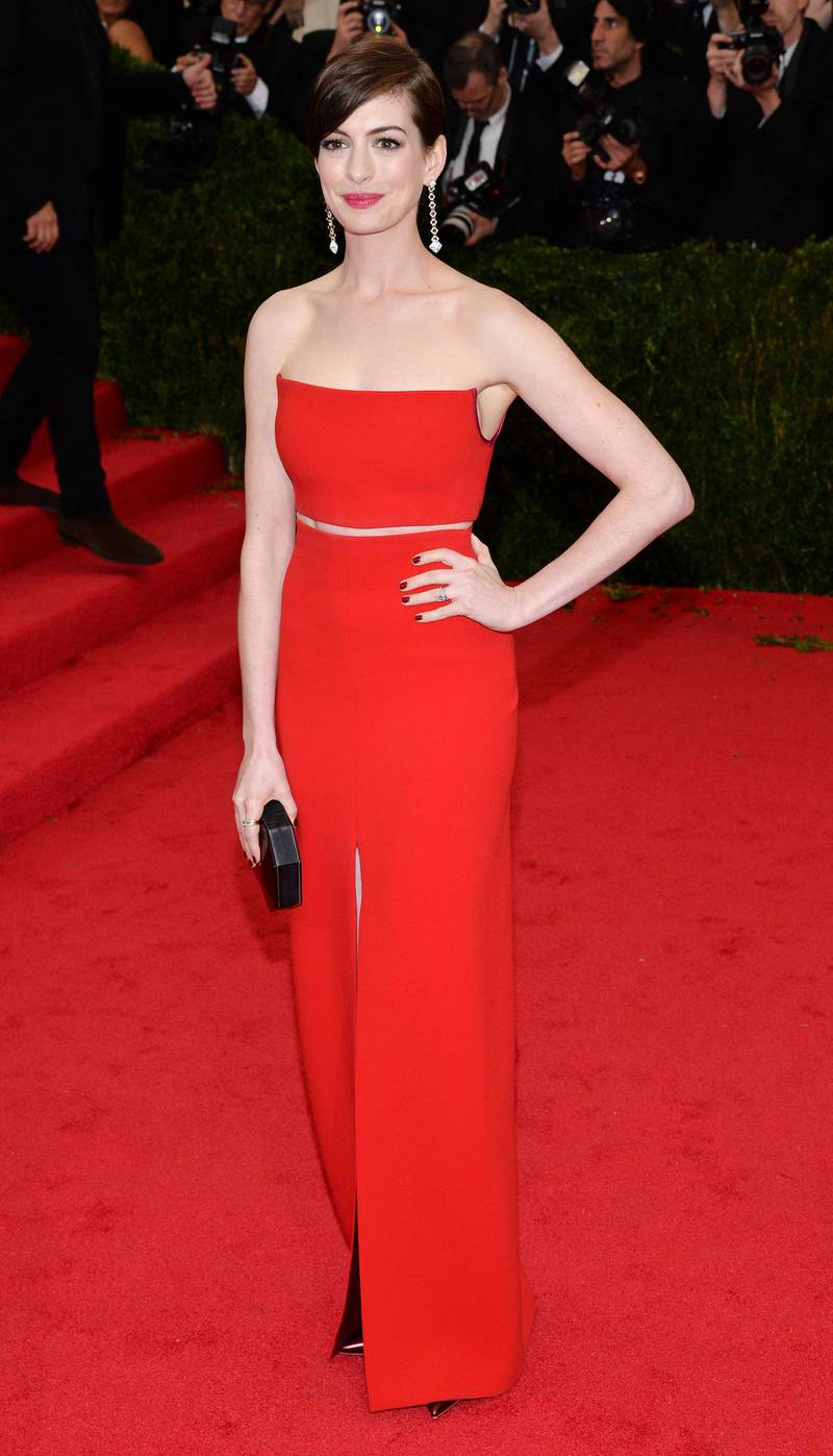 epa04192921 US actress Anne Hathaway arrives for the 2014 Anna Wintour Costume Center Gala held at the New York Metropolitan Museum of Art in New York, New York, USA, 05 May 2014. The Costume Institute's new Anna Wintour Costume Center opens on 08 May with the exhibition 'Charles James: Beyond Fashion.'  EPA/JUSTIN LANE