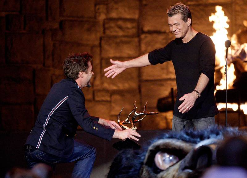 """LOS ANGELES, CA - MAY 30: Musician Eddie Van Halen accepts the Guitar God award from actor Robert Downey Jr. onstage at Spike TV's 2009 """"Guys Choice Awards"""" held at the Sony Studios on May 30, 2009 in Los Angeles, California.   Kevin Winter/Getty Images/AFP"""