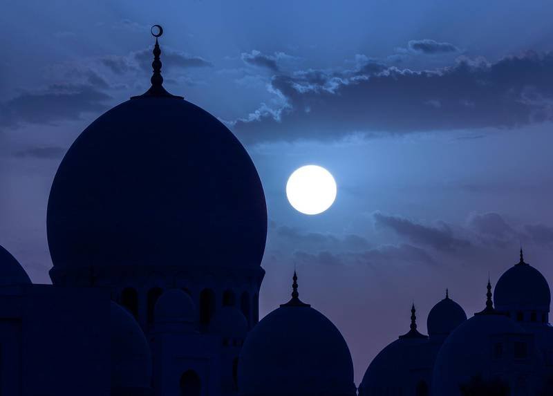 Abu Dhabi, UAE.  May 16, 2018.  Sunset before Ramadan at the Sheikh Zayed Mosque.Victor Besa / The NationalSection:  National