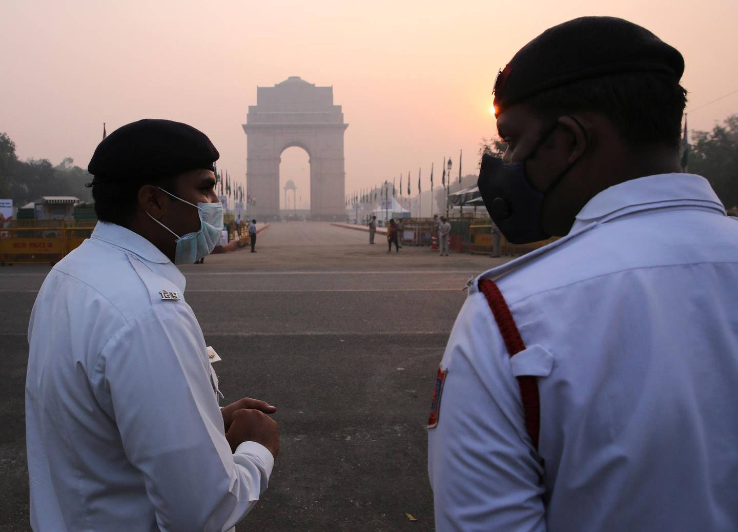 epa07132452 Indian traffic Policemen wear masks as smog pollutes the air in New Delhi, India, 31 October 2018. People in the Indian capital are struggling with air pollution as stubble burning in adjoining states of Punjab and Haryana, said to be a contributing factor for increasing air pollution.  EPA/RAJAT GUPTA