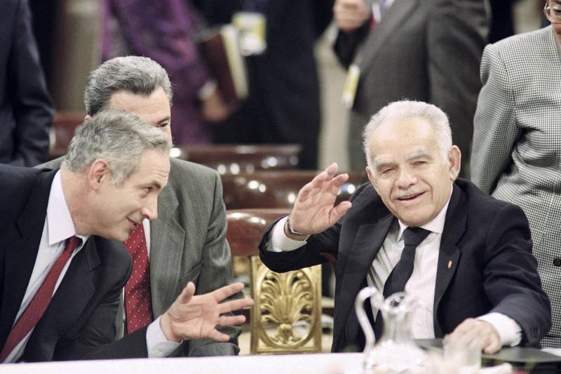 Israeli Premier Yitzhak Shamir (R) gestures while speaking with his advisor, Benjamin Netanyahu (L), in Madrid on October 30, 1991, during the Madrid Conference. (Photo by Patrick BAZ / AFP)