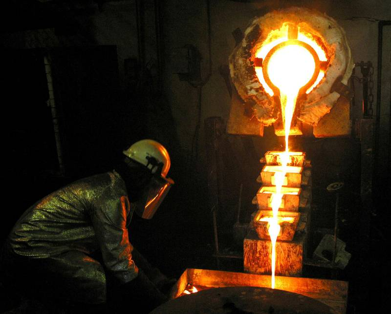 FILE PHOTO: A worker pours gold at the AngloGold Ashanti mine at Obuasi, Ghana, October 23, 2003 .  REUTERS/Luc Gnago/File Photo