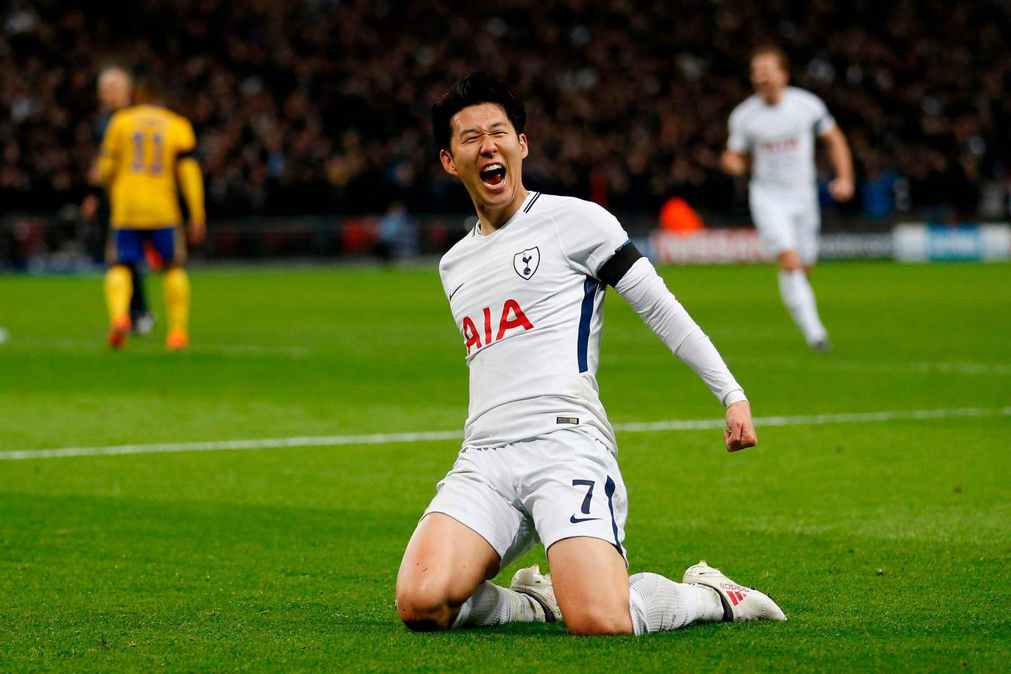 TOPSHOT - Tottenham Hotspur's South Korean striker Son Heung-Min celebrates scoring the opening goal during the UEFA Champions League round of sixteen second leg football match between Tottenham Hotspur and Juventus at Wembley Stadium in London, on March 7, 2018. / AFP PHOTO / IKIMAGES / Ian KINGTON