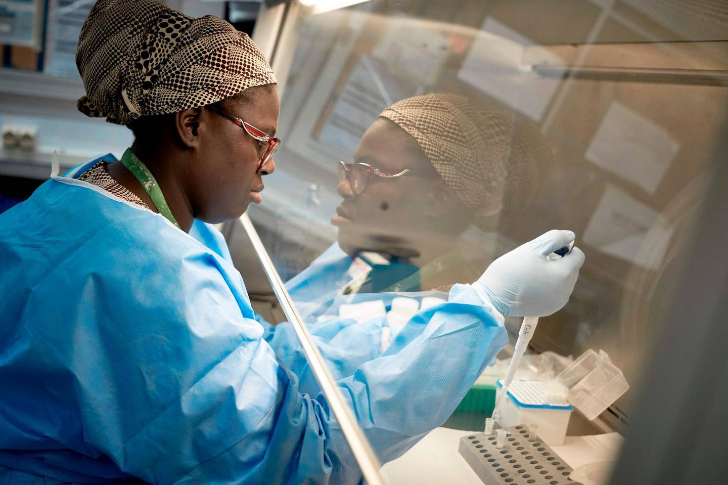 CORRECTION / TOPSHOT - A Malian researcher conducts a COVID-19 coronavirus test, at the University Clinical Research Center of Bamako, on March 19, 2020. Although no positive cases have yet been confirmed in Mali, hospitals and doctors are getting ready for a potential emergency.  / AFP / MICHELE CATTANI