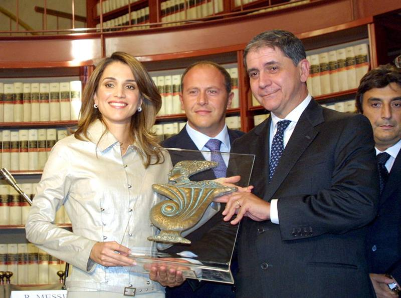 """395805 01: Jordan's Queen Rania Al-Abdullah (L) is awarded the """"Life Award"""" in recognition of her international patronage of the International Osteoporosis Foundation (IOF) and for her voluntary work for the international cause of osteoporosis October 12, 2001 in Rome, Italy. (Photo by Getty Images)"""