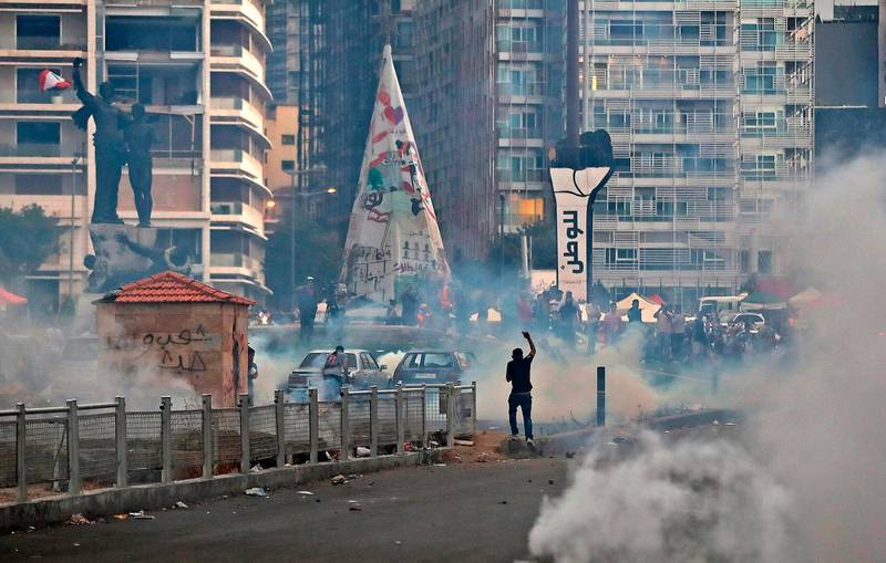 Lebanese protesters, enraged by a deadly explosion, clash with security forces at Martyrs' Square in Beirut on August 10, 2020. Lebanon's premier Hassan Diab stepped down amid fury within and outside his government over the deadly Beirut port blast he blamed on the incompetence and corruption of a decades-old ruling class. / AFP / JOSEPH EID