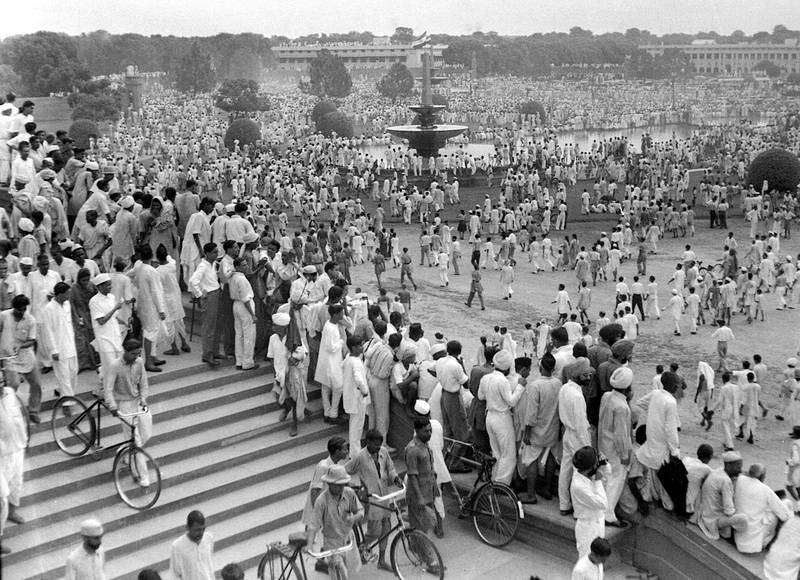 TO GO WITH 'INDIA-60YRS-INDEPENDENCE'  In this picture taken 15 August 1947, crowds of revellers gather to celebrate independence from Britain around Rasina Hill in New Delhi.   The nation of 1.1 billion people -- marking 60 years since the subcontinent was partitioned on 14 - 15 August 1947 -- proudly sees itself well on the road to economic, political and social greatness.  AFP PHOTO/HO/DIRECTORATE OF PUBLIC RELATIONS  - RESTRICTED TO EDITORIAL USE - GETTY OUT / AFP PHOTO / DIRECTORATE OF PUBLIC RELATIONS / HO