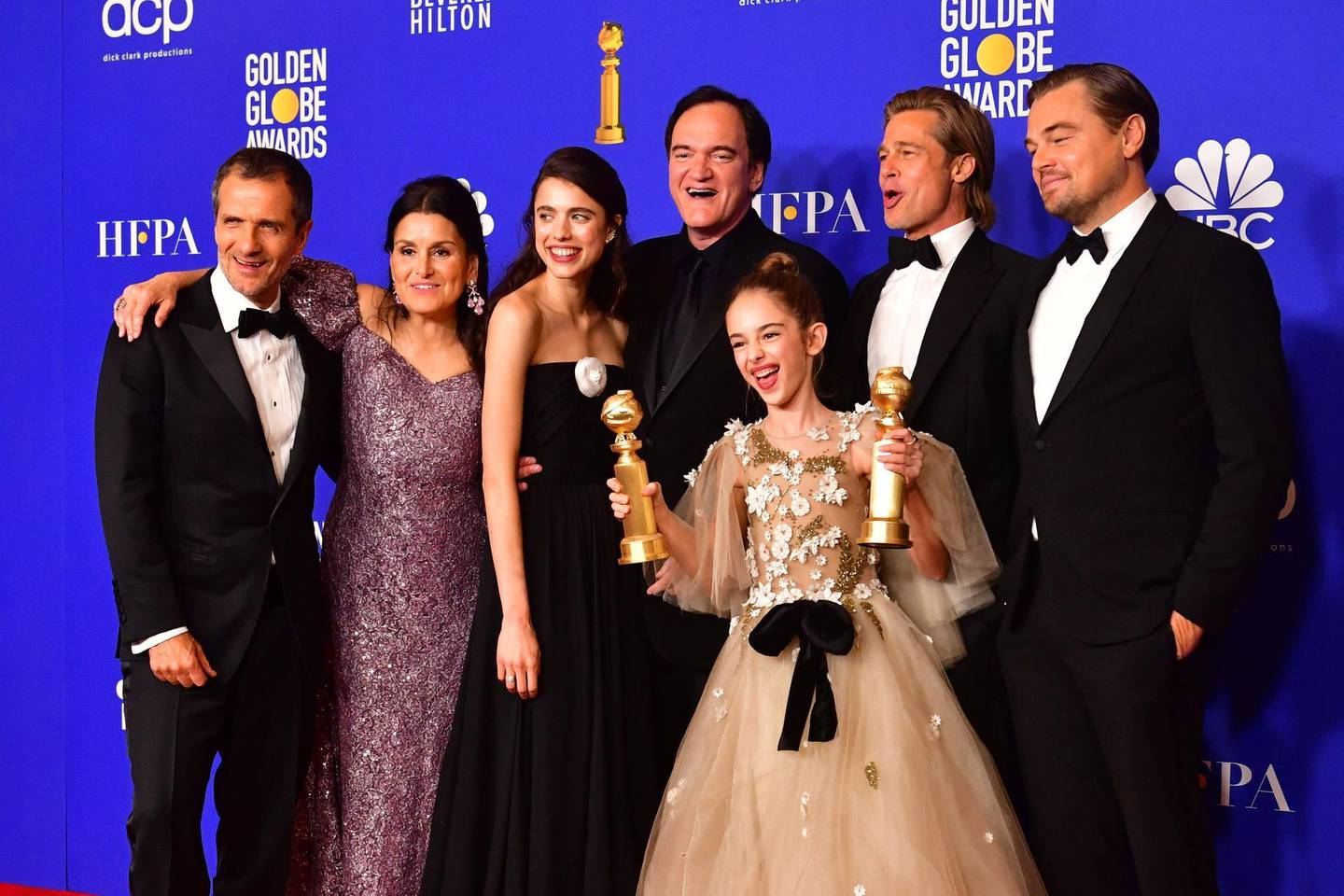 """US film director Quentin Tarantino (C), actors US actor Brad Pitt and Leonardo DiCaprio pose with other members of the cast and crew in the press room after winning the award for Best Motion Picture - Musical or Comedy for """"Once Upon a Time...in Hollywood"""" during the 77th annual Golden Globe Awards on January 5, 2020, at The Beverly Hilton hotel in Beverly Hills, California. / AFP / Frederic J. Brown"""