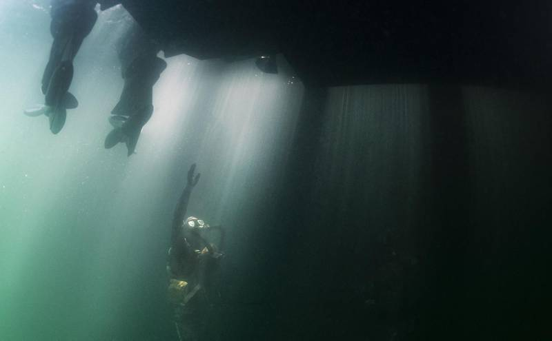 """This US Navy photo obtained June 2, 2019 shows a Sailor assigned to Naval Special Warfare Group 2 conducting military dive operations in the Atlantic Ocean off the East Coast of the United States on May 29, 2019. - US Navy SEALs engage in a continuous training cycle to improve and further specialize skills needed during deployments across the globe. SEALs are the maritime component of US Special Forces and are trained to conduct missions from sea, air, and land. Naval Special Warfare (NSW) has more than 1,000 special operators and support personnel deployed to more than 35 countries, addressing security threats, assuring partners and strengthening alliances while supporting Joint and combined campaigns. (U.S. Navy photo by Senior Chief Mass Communication Specialist Jayme Pastoric/Released) (Photo by Jayme PASTORIC / Navy Office of Information / AFP) / RESTRICTED TO EDITORIAL USE - MANDATORY CREDIT """"AFP PHOTO /US NAVY/JAYME PASTORIC"""" - NO MARKETING - NO ADVERTISING CAMPAIGNS - DISTRIBUTED AS A SERVICE TO CLIENTS"""