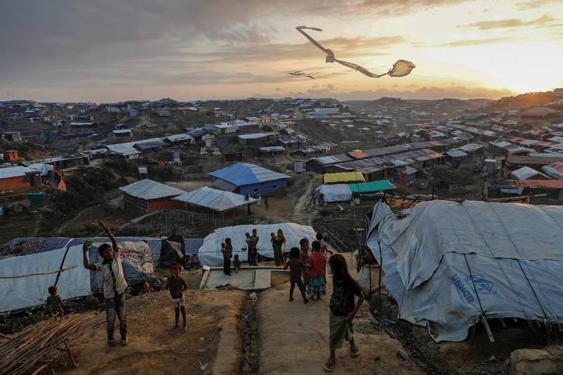 Rohingya refugee children fly improvised kites at the Kutupalong refugee camp near Cox's Bazar, Bangladesh December 10, 2017. REUTERS/Damir Sagolj  TO FIND ALL PICTURES SEARCH REUTERS PULITZER