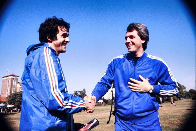French midfielder Michel Platini (L) shakes hands with Italian forward Paolo Rossi (R) prior to the 1978 World Cup in Argentina, on June 1978.  AFP PHOTO (Photo by - / AFP)